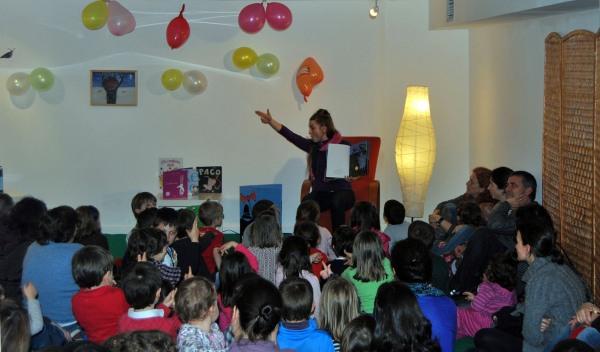 """Bea Campos contos """"Os tres bandidos"""" na sesión do 12º aniversario de LPS-Vigo."""