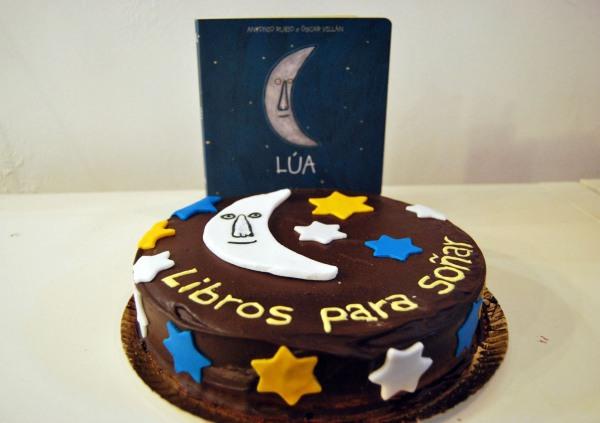 """A figura da """"Lúa"""", como a portada do libro, nunha das tartas que degustamos no 12º aniversario de Libros para Soñar-Vigo."""