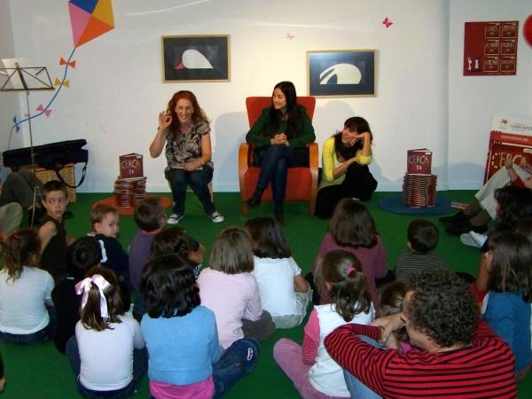 Natalia Colombo, no centro, na súa visita a LIBROS PARA SOÑAR en 2008 para presentar CERCA.