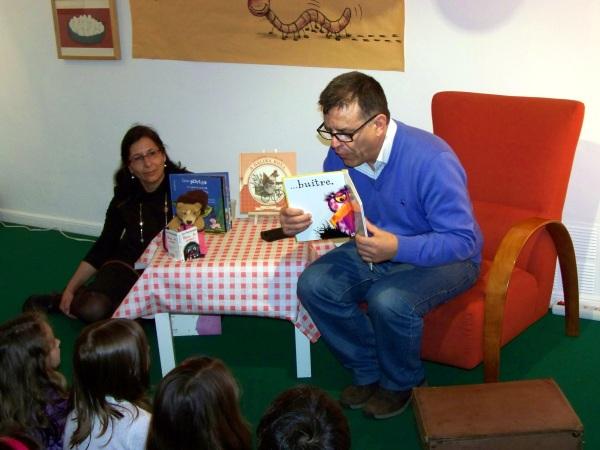 Chema Heras, contando contos na festa do 13 aniversario da libraría.