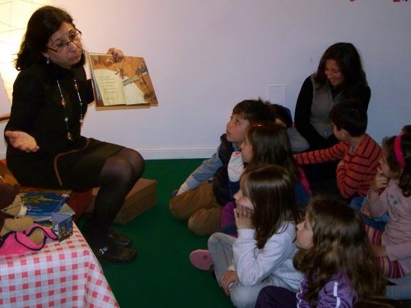 """E """"A galiña roxa"""", un conto tradicional adaptado por Pilar Martínez."""