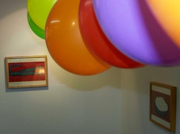 """Na sala de exposicións de Libros para Soñar, as ilustracións de """"Niños"""", de Natalia Colombo."""