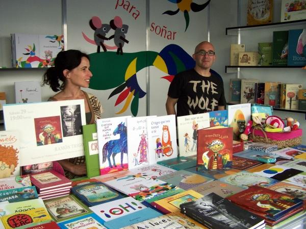 O ilustrador Ramón Trigo asinou exemplares das súas obras na caseta de Libros para Soñar.