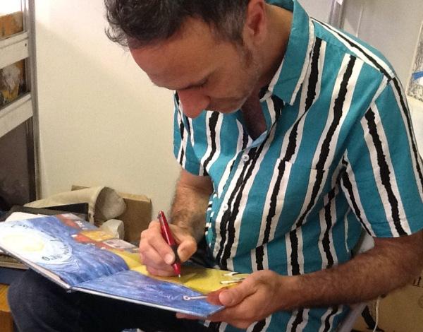 O ilustrador Federico Fernández, na caseta dos LIBROS PARA SOÑAR.