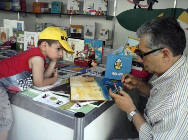 Oli asinou exemplares dos seus álbums na Feira do Libro de Vigo.