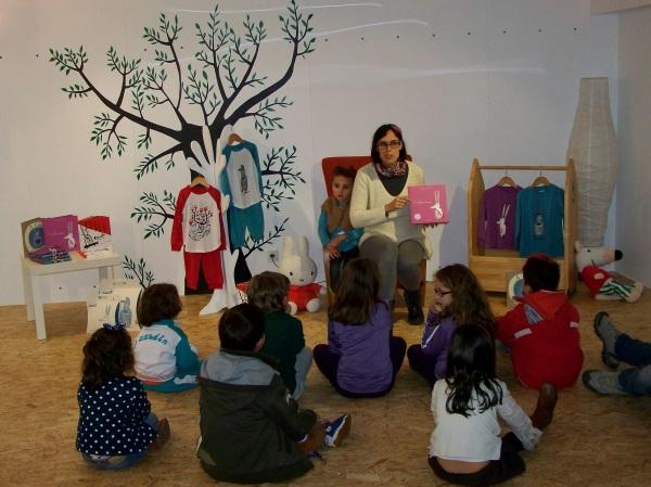 Olalla contounos o conto do Coelliño Branco, que tamén ten a súa versión téxtil