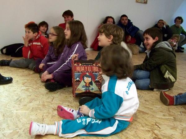 Os pequenos, moi atentos aos contos e participando activamente na sesión.