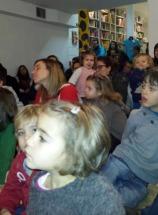 Nenos e maiores, moi atentos na sesión de contacontos de Libros para Soñar.