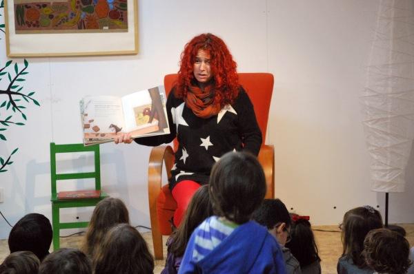 Iria Mantilla, na sesión de contacontos do 14º aniversario de LIBROS PARA SOÑAR.
