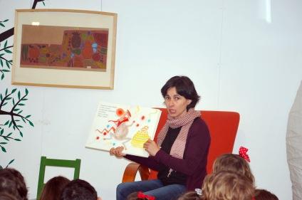Sandra Senra, na sesión de contacontos do 14º aniversario de LIBROS PARA SOÑAR.