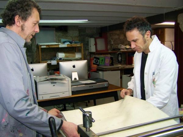 Marc Taeger e Federico Fernández no taller de serigrafía da EMAO.