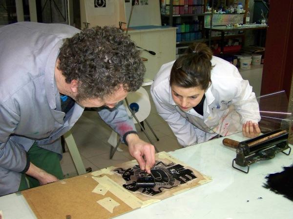 Marc Taeger e Alba Pardo, no taller de serigrafía da EMAO.