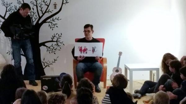 Paco Nogueiras, na sesión de contos para bebés de Libros para Soñar.